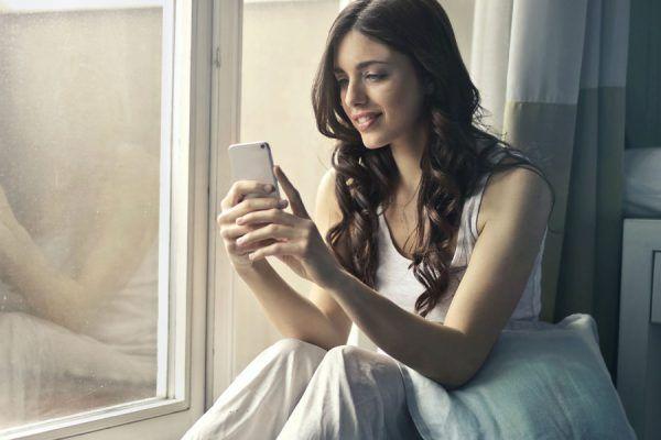 Mulher enganadas redes sociais Smartphone