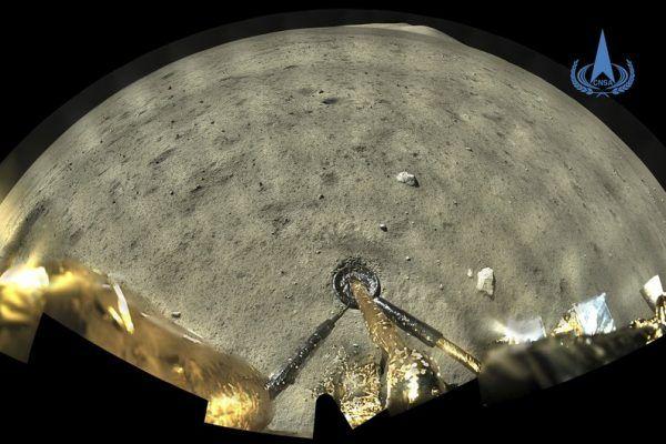 Imagem tirada por uma câmara panorâmica a bordo da combinação lander-ascender da sonda lunar Chang'e-5 fornecida pela Administração Espacial Nacional da China