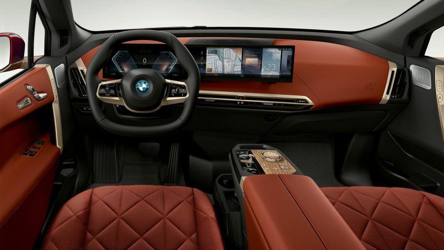 BMW i7 com sistema de infotainment do BMW iX